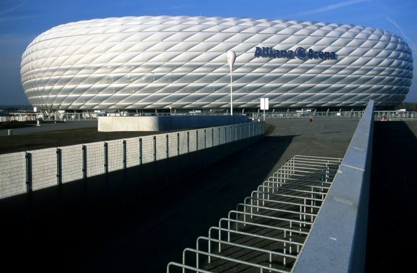Als Ersatz für das indie jahre gekommene Olympiastadionwurde von den beiden Münchenr Fußballcloubs zusammen mti ihrenSponsorendie Allianz-aerna in Fröttmaning gebaut.