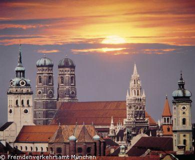 Satdtansicht München mit Peterskirche Dom Rathausturm