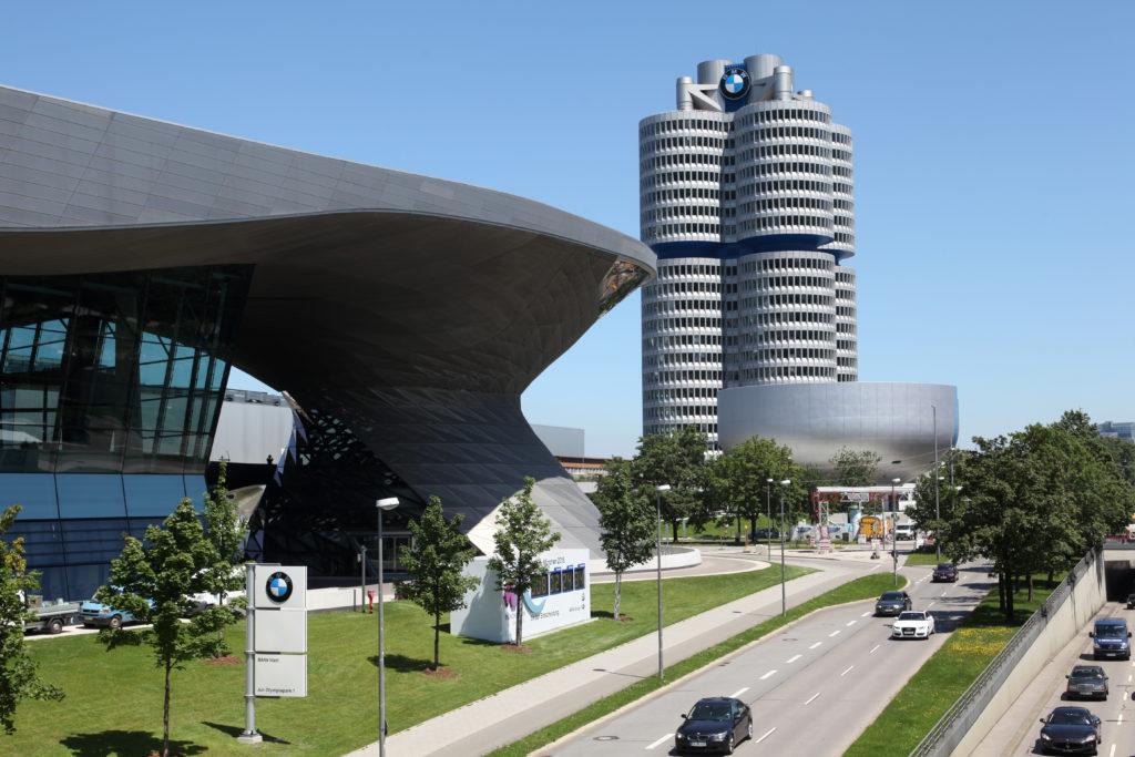 BMW Welt mit Doppelkegel, BMW Vierzylinder mit der Konzernzentrale  und der Zylinderkopf mit dem  BMW Museum