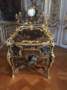 Schreibsekretär mit dekorativen Einlegearbeiten und einer Tischuhr