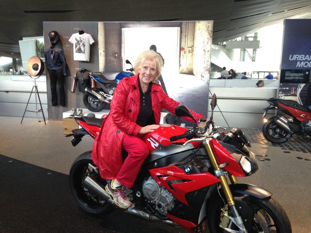 Gästeführerin Barbara Schöne auf einer flotten BMW in der BMW Welt
