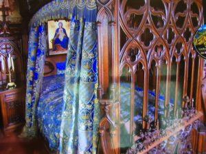 Kunstvoll geschnitztes Bett des Königs