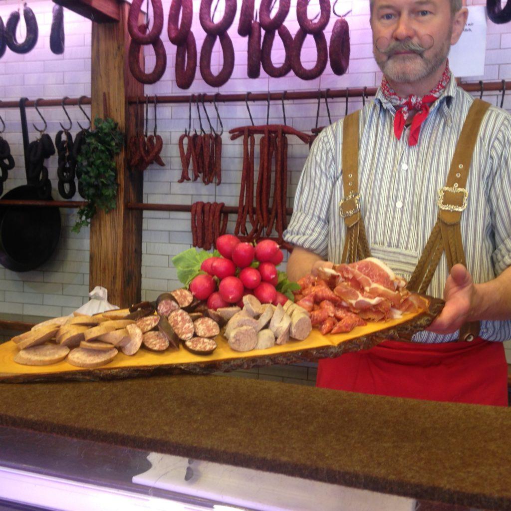 Auf dem Altstadtrundgang kann eine Fränkische Wurst- und Schinkenplatte lecker serviert werden