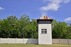 Einer der drei Wachtürme auf der Ostseite des ehemaligen Lagers