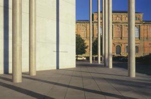 Blick auf das Ostportal der Alten Pinakothek13103397_268536400158808_7329726458946478456_n
