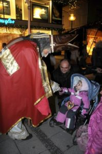 christkindlmarkt-santa-claus-beglueckt-kleine-muenchnerin
