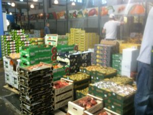 Großmarkthalle mit Obst und Gemüse für die Gastronomie