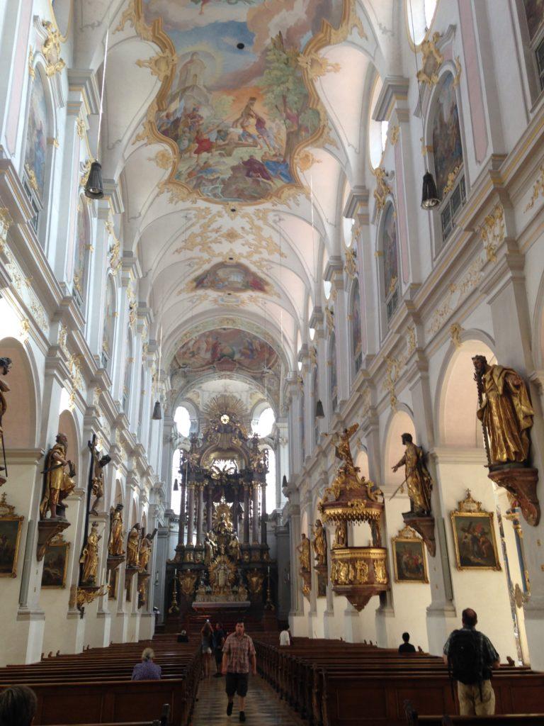 Auf dem Altstadtrundgang besichtigen wir das Kirchenschiff der Petersksirche mit den Zwölf Aposteln aus Lindenholz geschnitzt und den barocken Hauptaltar