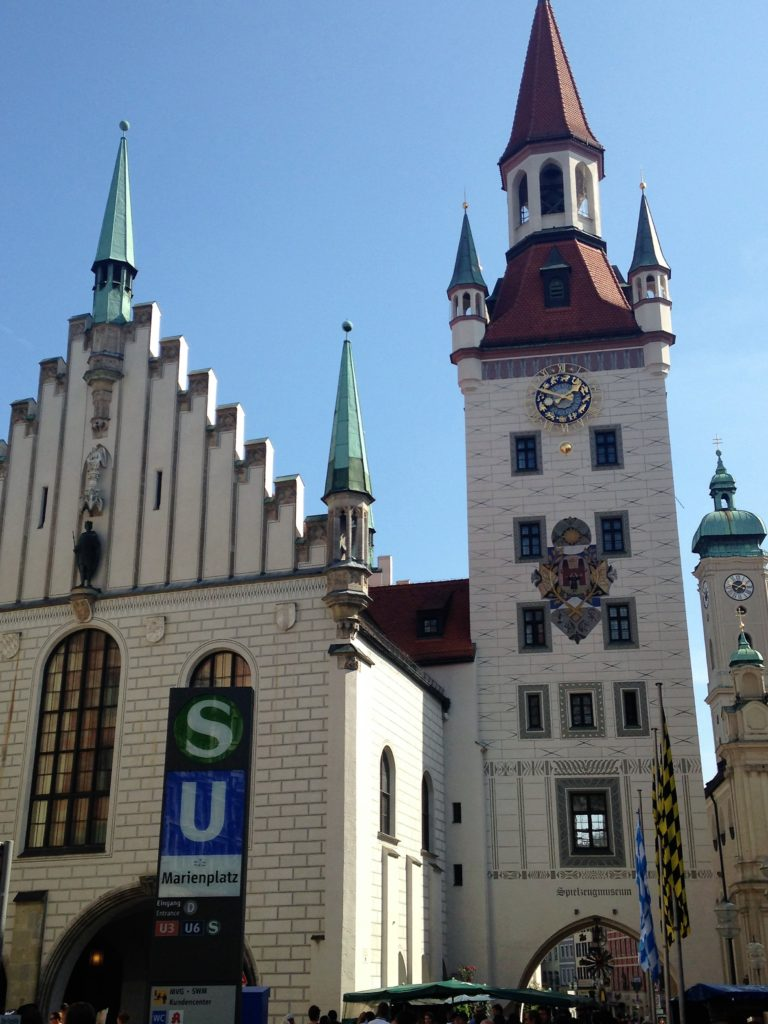 Old City Hall and its tower with the toy museum (Old City Hall - New City Hall)