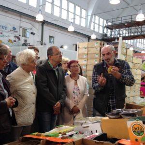 Ein Experte für exotische Früchte in Halle 1 der Großmarkthalle München