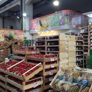 Die denkmalgeschütze Halle 1 mit Flugobst und exotischen Früchten