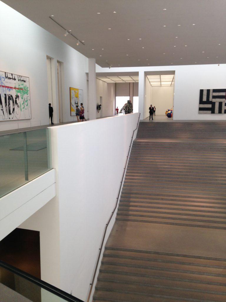 Grosszügiger Treppenaufgang zu Andy Warhol und Design