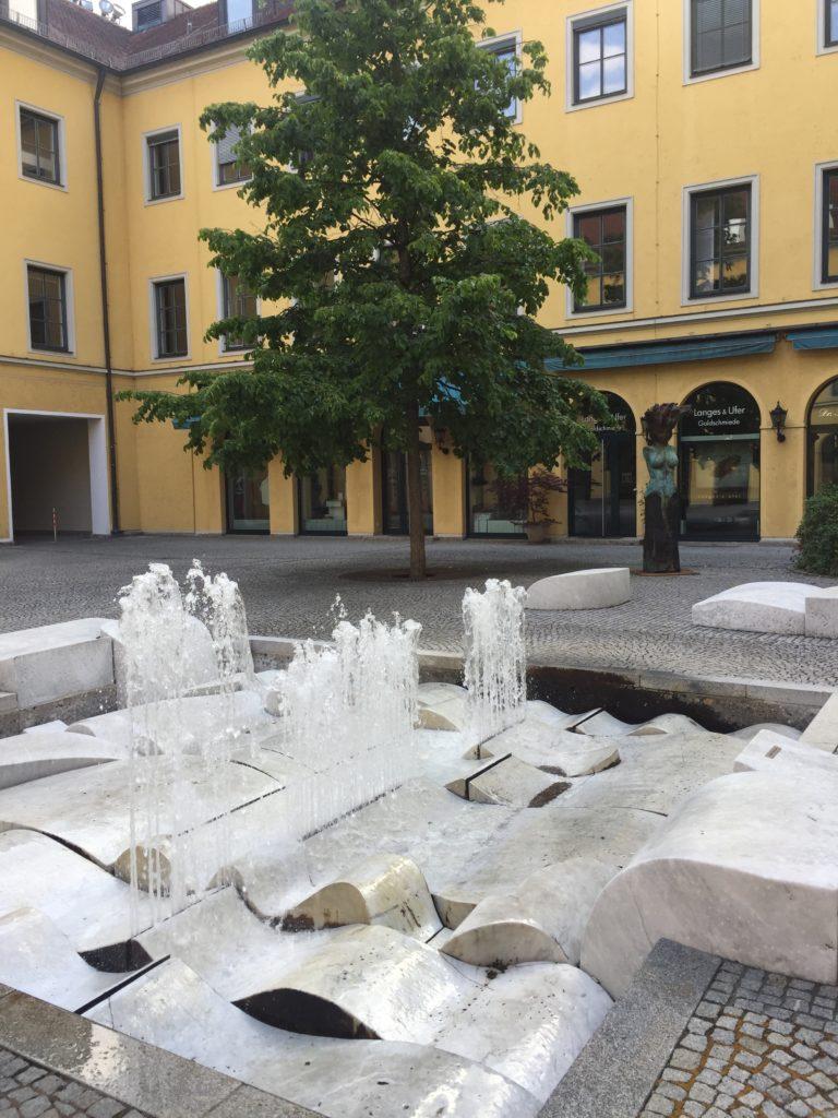 Brunnen im Hof des Theatinerklosters
