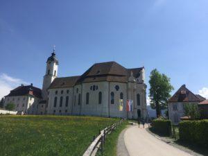 Die Kirche in der Wies mit Pfarrhaus und dem ehemaligen Wohnaus von Architekt Domikus Zimmermann