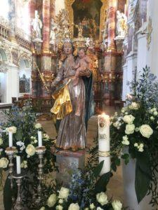 Maria mit dem Jesuskind auf dem Arm vor dem Hochaltar