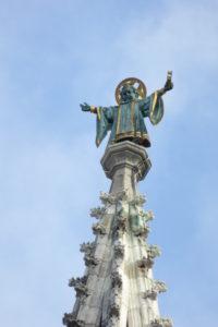Das Münchner Kindl auf der Turmspitze des Neuen Rathauses