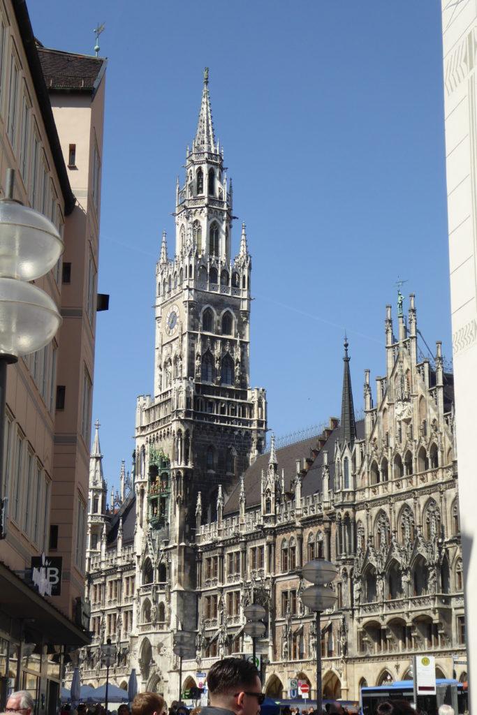 Der junge Architekt aus Österreich, Georg Hauberrisser, konnte sich mit seinen neugotischen Bauplänen durchsetzen gegen seinen Konkurrenten und dessen Bauplanungen im Stil der Renaissance.