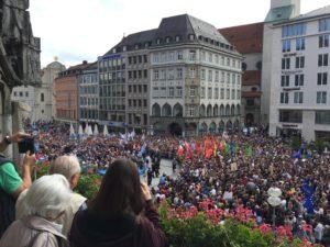 Blick vom Meisterbalkon hinunter auf den Marienplatz und eine große Menschenmenge