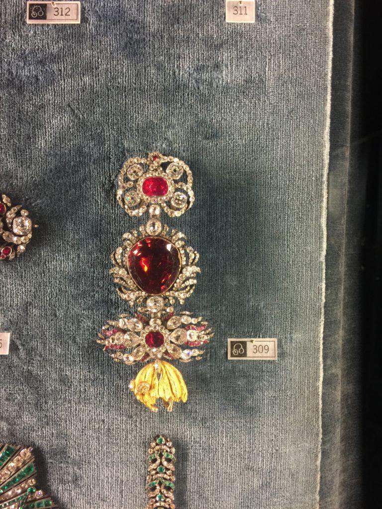 In der Münchner Schatzkammer wird Goldschmiedekunst aus tausend Jahren präsentiert und erweckt ein großes Interesse bei Besuchern aus aller Welt.