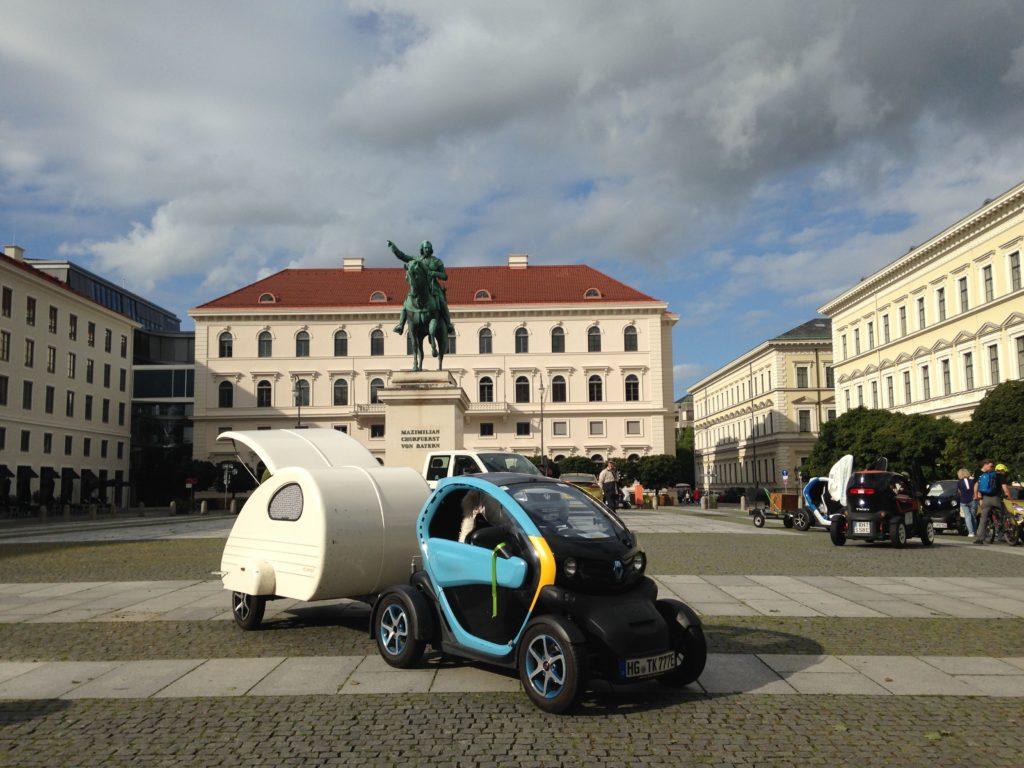 Wittelsbacher Platz mit dem Denkmal von Kurfürst Maximilian I. vor dem schmucken Palais, der Konzernzentrale der SIEMENS AG
