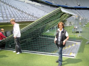 Gästeführer Barbara Schöne in der Allianz Arena, dem Station des FC Bayern Münchens.