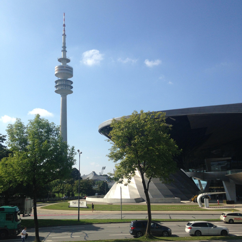 Der Olympiaturm mit seinem einzigartigen Drehrestaurant und schönen Aussichtsplatformen mit Blick auf die BMW Welt